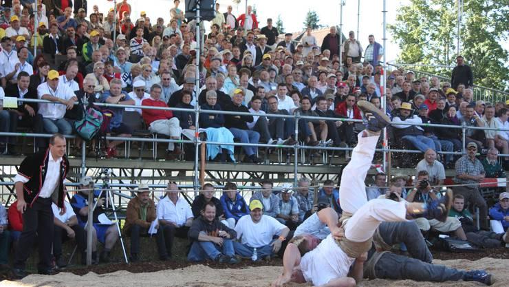 Ein Höhepunkt am Morgen: Der Turnerschwinger Thomas Zindel muss gegen Christian Stucki viel einstecken. Der Spitzenkampf im ersten Gang endete schliesslich mit einem Gestellten. (Fotos: Markus Christen)