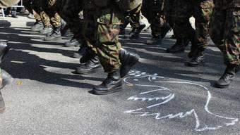 Juso und Gsoa mit Friedenstauben gegen Militärparade