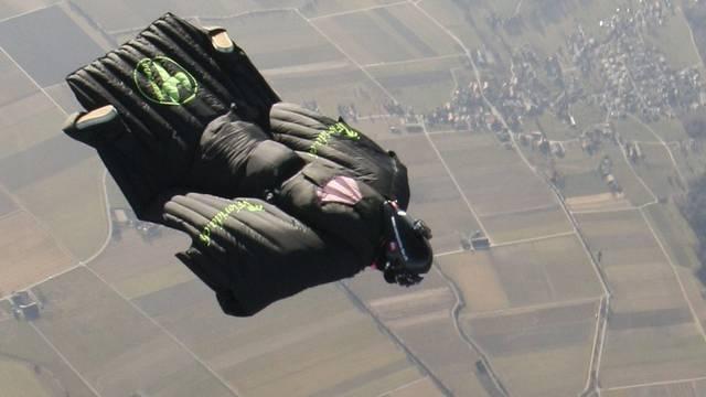 Remo Läng bei einem Testflug über Studen bei Biel einen Tag vor seiner Alpenüberquerung
