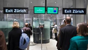 Bei der Ankunft in Zürich wartet auf die Passagere möglicherweise künftig nicht nur die Passkontrolle, sondern auch ein Corona-Test.