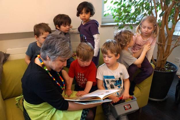 Andächtiges Lauschen - Karusell-Betriebsleiterin Kathie Wiederkehr erzählt den Kids eine Geschichte