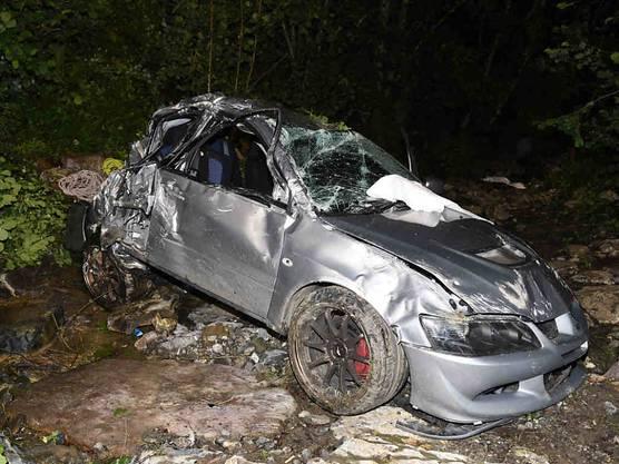 Innerthal SZ, 13. Juli: Ein 21-Jähriger ist bei einem Autounfall in Innerthal SZ noch auf der Unfallstelle gestorben. Ein Gleichaltriger, der ebenfalls im Auto sass, wurde mit schweren Verletzungen in eine Spezialklinik geflogen.