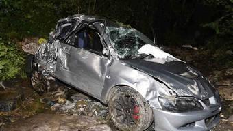 Tödlicher Unfall in Innerthal SZ: Das Auto kam stark beschädigt in einem Bach zum Stillstand.