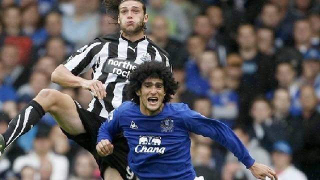 Everton (Bild: Marouane Fellaini/r.) setzte gegen Newcastle (Andy Carroll) durch