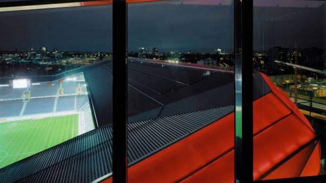 St. Jakob-Park by night: Der FC Basel will den Stadionbetrieb auf Champions-League-Niveau bringen. Foto: Walter Mair - Keystone