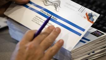 ARCHIV - Briefwahlunterlagen in den USA. Präsident Trump befürchtet offenbar, dass die Demokraten bei der Präsidentenwahl im November von einer Zunahme der Stimmabgabe über Briefwahl profitieren könnten. Foto: Matt Rourke/AP/dpa