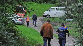 Kantonspolizisten und Rechtsmediziner eilten am Sonntag zum ausgebrannten Auto mit den Kinderleichen.key