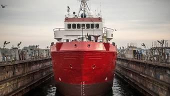 HANDOUT - Der Seenotretter «Sea-Eye 4» liegt zum Umbau in einem Hafen. Angesichts der zunehmenden Migration mit nicht hochseetüchtigen Booten über das Mittelmeer nach Europa will die Seenotrettungsorganisation Sea-Eye ein weiteres Schiff neben der «Alan Kurdi» einsetzen. Das Schiff liege für den Umbau in einem Hafen in Mecklenburg-Vorpommern und werde zunächst unter dem Namen «Sea-Eye 4» fahren, teilte die Regensburger Organisation mit. Foto: ---/Sea-Eye/United4Rescue/dpa - ACHTUNG: Nur zur redaktionellen Verwendung im Zusammenhang mit der aktuellen Berichterstattung und nur mit vollständiger Nennung des vorstehenden Credits
