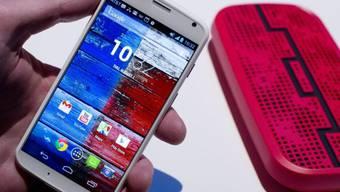 Ein Smartphone von Motorola mit Android-Software (Archiv)