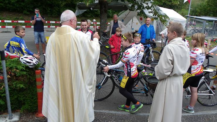 Bischofsvikar Christoph Sterkmann segnet am Geburtstagsfest der Jungradler die mitgebrachten Zweiräder.