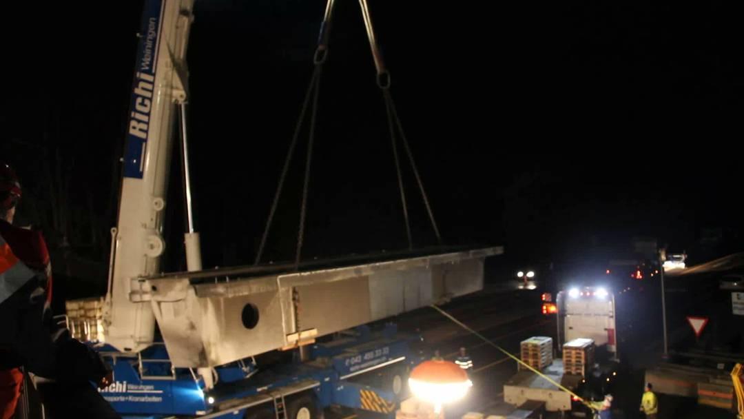 Abbruch Bagger-Brücke: Stück für Stück werden die je 60 Tonnen schweren Teile abmontiert