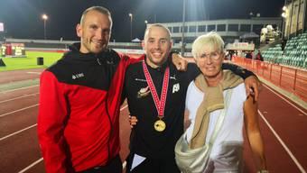 Silvan Wicki mit Trainer Patrick Saile und Trainerin/Mutter Sabine Wicki