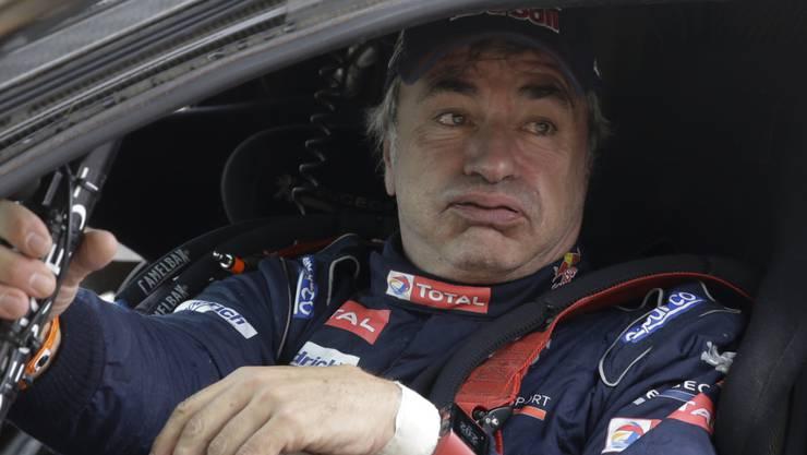 Peugeot-Fahrer Carlos Sainz schaut etwas ernüchtert aus seinem Cockpit