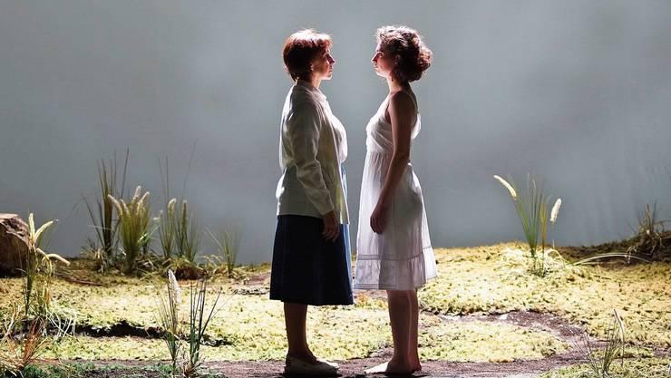 Die russische Pampa als Spiegelkabinett: Tatjana (Shira Patchornik, rechts) und Filipjewna (Liuba Sokolova). Bild: Bregenzer Festspiele/Karl Forster