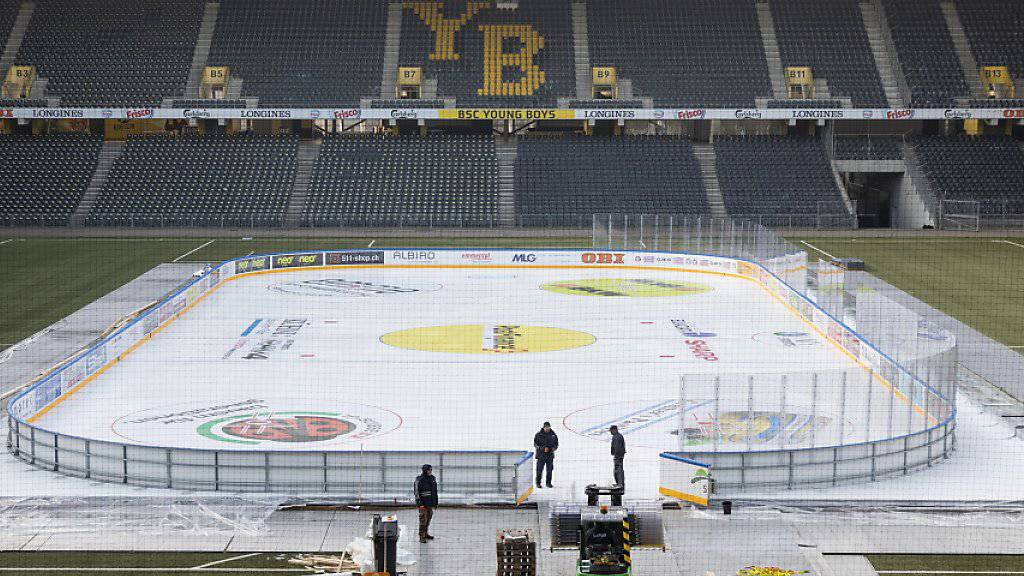 Der Aufwand zur Durchführung eines Freiluft-Spiels ist enorm: 100'000 Liter Wasser und 15'000 Liter Frostschutzmittel wurden für das Eisfeld auf dem Kunstrasen im Stade de Suisse verteilt
