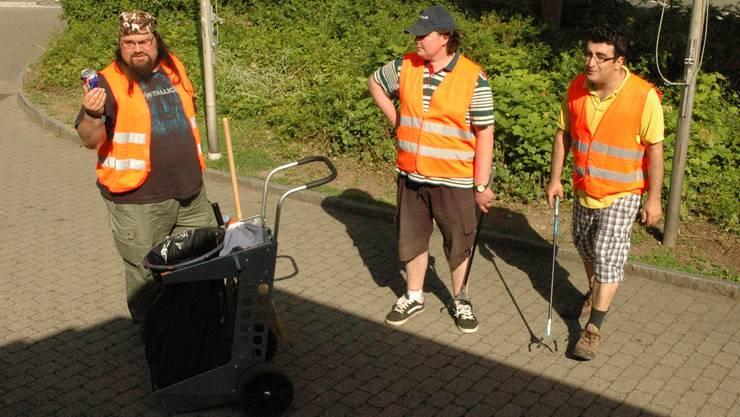 Silvio Hochuli (links), Leiter der Abfalltruppe: «Solche Dosen finden wir wirklich überall.» kus