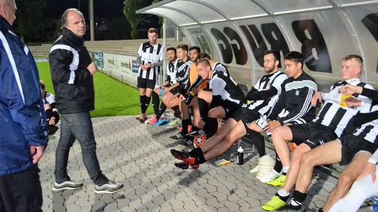 Nach der Partie: Bruggs Trainer Ivo Keller gratuliert der Mannschaft zu ihrem Sieg.