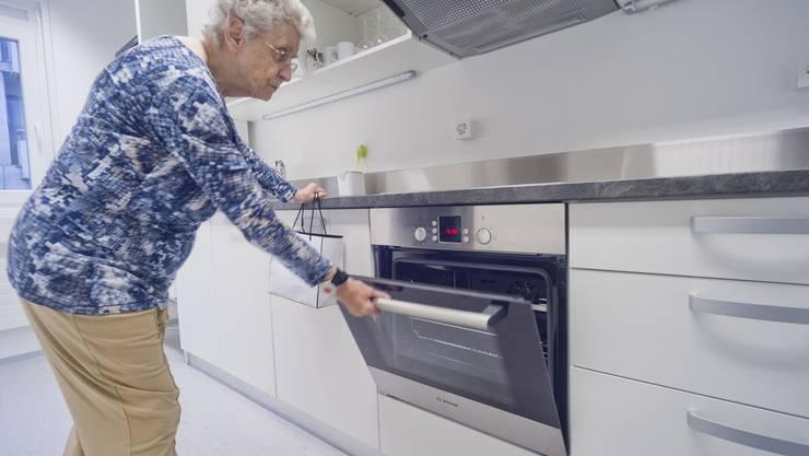 Hedi Oeschger begutachtet die Küche im Provisoriumsbau