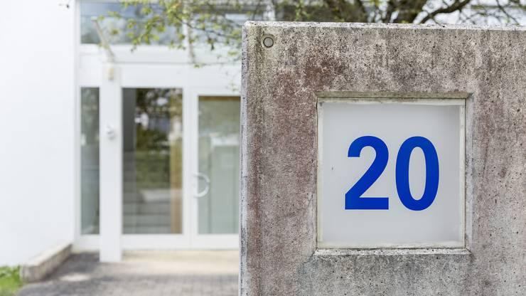 Der Eingang zur Liegenschaft an der Neubergstrasse 20 mit der Hausarztpraxis von Mirela Armean.