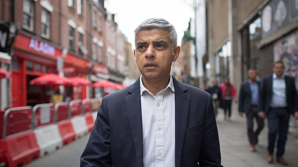 Sadiq Khan, Bürgermeister von London, geht die Brick Lane im Osten der Stadt entlang. Foto: Stefan Rousseau/PA Wire/dpa