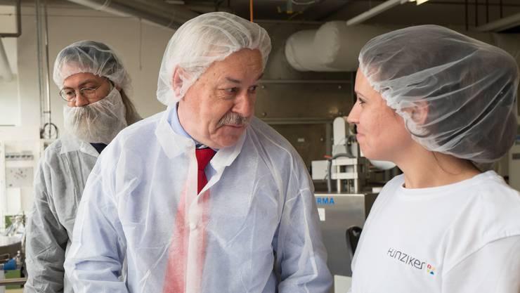 Kantonsratspräsident Rolf Steiner (SP) spricht mit einer Arbeiterin der Firma Hunziker. Links im Bild: Robert Brunner (Grüne, Steinmaur). Er musste einen Bartschutz tragen.