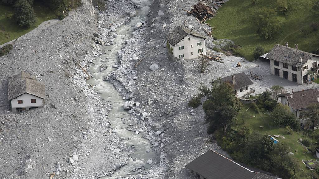 Die Murgänge nach dem Bergsturz am Piz Cengalo erreichten das Dorf Bondo. Jetzt hat das Bundesgericht entschieden, die Bündner Staatsanwaltschaft müsse die Strafuntersuchung fortführen. (Archivbild)
