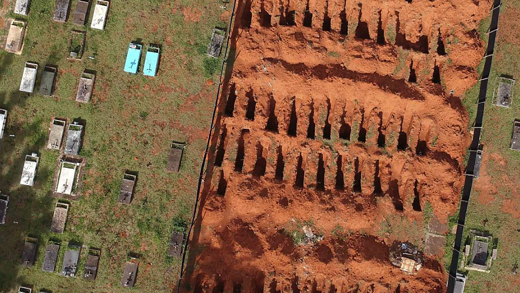 Neu gegrabene Gräber auf dem Friedhof Campo da Esperanca. Foto: Eraldo Peres/AP/dpa