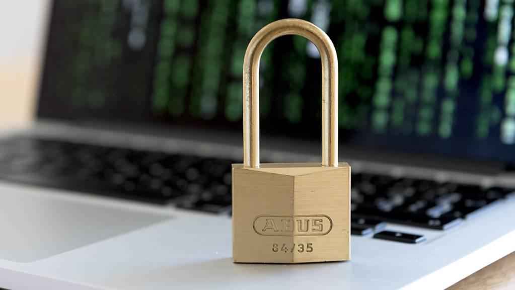Das 26 Jahre alte Datenschutzgesetz muss dringend modernisiert werden, lautet der Tenor im Parlament. Aber wie weit sollen die Regeln gehen? Für Dienstag und Mittwoch wird eine hitzige Debatte im Nationalrat erwartet. (Themenbild)