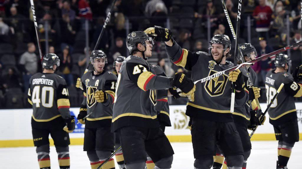 Luca Sbisa (links im Vordergrund) feiert mit Verteidigerkollege Colin Miller das Slapshot-Tor zum 5:3 gegen die Calgary Flames
