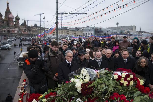 Dutzende versammelten sich am Tatort zu einer Trauerfeier.