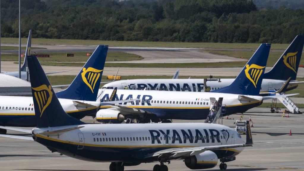 Der Billigflieger Ryanair drängt die Angestellten zu Lohnverzicht, um in der Corona-Krise möglichst viele Beschäftigte an Bord zu halten. (Archivbild)
