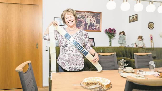 Myrtha Weber aus Untersiggenthal zeigt die Schleife, die sie 1986 als Hausfrau des Jahres erhielt. Bild: Sandra Ardizzone