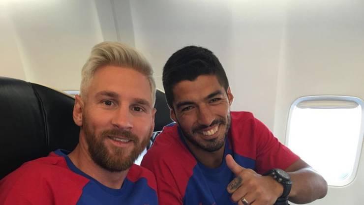 Nach verlorenem Gerichtsverfahren und verlorener Copa America startet Lionel Messi mit neuem Look in die Saison. Kollege Luis Suarez (r) gefällt's. (Twitter)