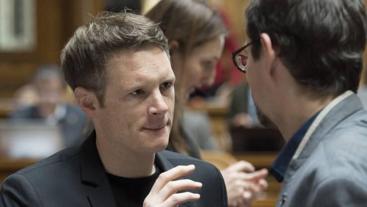Der Aargauer Grünen-Nationalrat Jonas Fricker (links) zieht die Konsequenzen aus einem Votum zu Auschwitz im Nationalrat und trat zurück. (Archivbild)