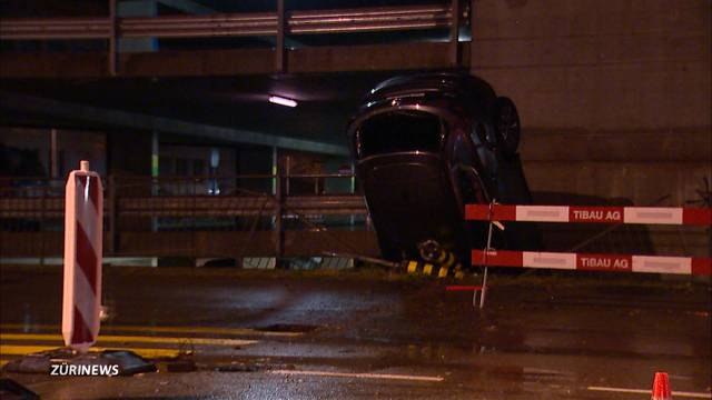 Auto stürzt 8 Meter in die Tiefe