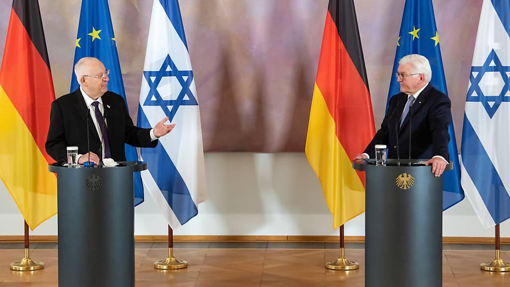Bundespräsident Frank-Walter Steinmeier (r) und Reuven Rivlin, Präsident von Israel, äußern sich bei einer Pressekonferenz nach ihrem Gespräch im Schloss Bellevue. Foto: Bernd von Jutrczenka/dpa