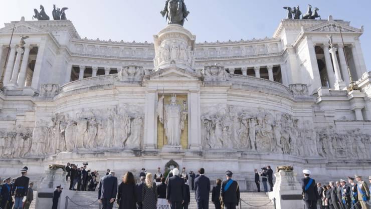 Der italienische Innenminister Matteo Salvini hat sich durch sein Fernbleiben von den Feiern zum Gedenken an die Befreiung Italiens vom Faschismus Kritik eingehandelt. Staatspräsident Sergio Mattarella, Regierungschef Giuseppe Conte und Vize-Premierminister Luigi Di Maio nahmen an Gedenkfeiern teil.