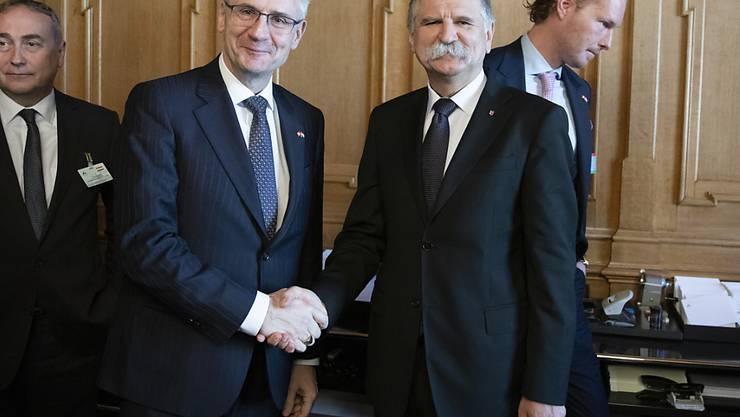Der ungarische Parlamentspräsident Laszlo Kover (rechts) hat vor einem Treffen unter anderem mit Andreas Glarner (SVP/AG) das Parlament besucht. Dabei verliess ein Grossteil der Linken im Nationalrat aus Protest gegen das autoritäre Regime von Ungarns Präsident Viktor Orban den Saal.