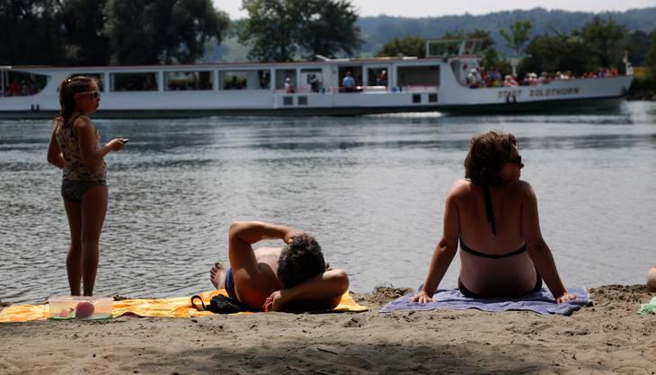 Solothurn hat einige Badis. Doch für geübte Schwimmer gibt es auch die Aare, die die gewünschte Abkühlung bringt. Das Schwimmbad Solothurn hat gleich beides im Angebot: Freibad und Aare-Bad. Also los: Bei den jetztigen hohen Temperaturen ist Erfrischung nötig!