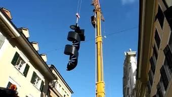 Notausgang-Wendeltreppe für Jesuitenkirche wird mit Kran transportiert