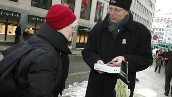 Hier verkauft Beat Anderegg von der Roothsheere Clique in der Freiestrasse eine Blaggedde.