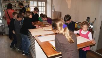 Die Primarklässler aus Habsburg lieben es, in Fritz Husers Atelier zu wirken.