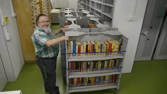 Bücher aus der Zentralbibliothek Solothurn werden abtransportiert.