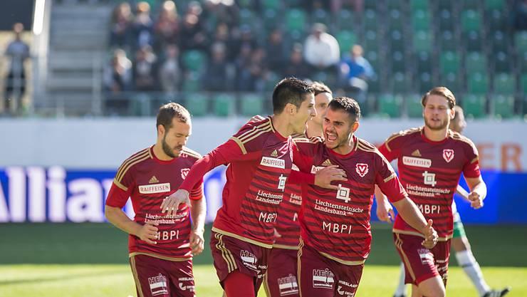 Moreno Costanzo jubelt mit seinen Teamkollegen nach dem verwandelten Foulpenalty