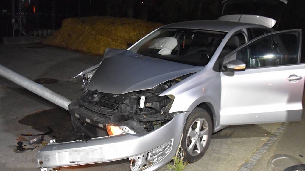 Unfall in Kappel: VW-Lenkerin fährt Strassenlaterne um