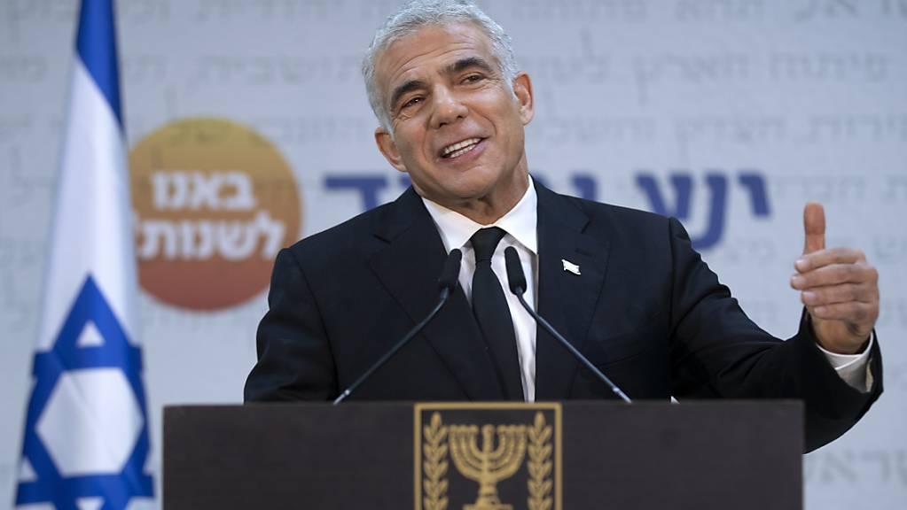 Der Vorsitzende der Zukunftspartei Jair Lapid spricht auf einer Pressekonferenz. Lapid hat noch bis 23 Uhr deutscher Zeit die Möglichkeit, eine Regierung zu bilden. Foto: Oded Balilty/AP/dpa
