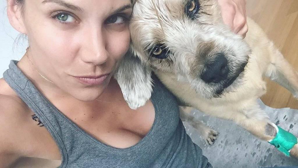 Ist Freund Rafael nicht zur Stelle, kuschelt Ex-Freeskierin Mirjam Jaeger mit ihrem Hund. (Bild Instagram Mirjam Jaeger)