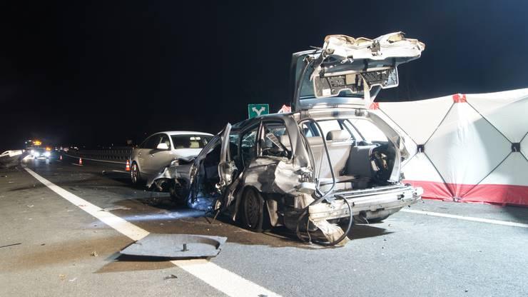 Der Autofahrer kollidierte bei einem Überholmanöver mit der Leitplanke.