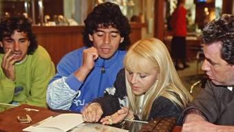 Diego Maradona und seine Frau 1989 als er für Napoli spielte.