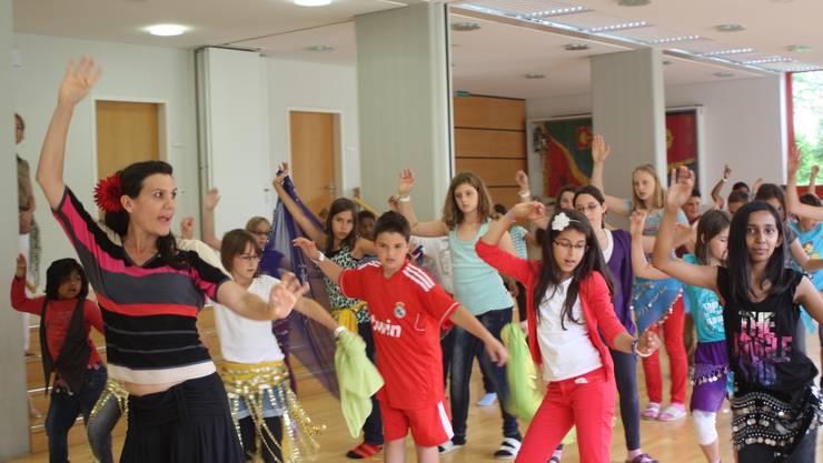 Tänzerin Zeyna lehrt die Schüler den Bauchtanz